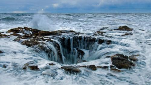 俄勒冈海岸佩蓓角的雷神之井 (© Cavan Images/Offset by Shutterstock)